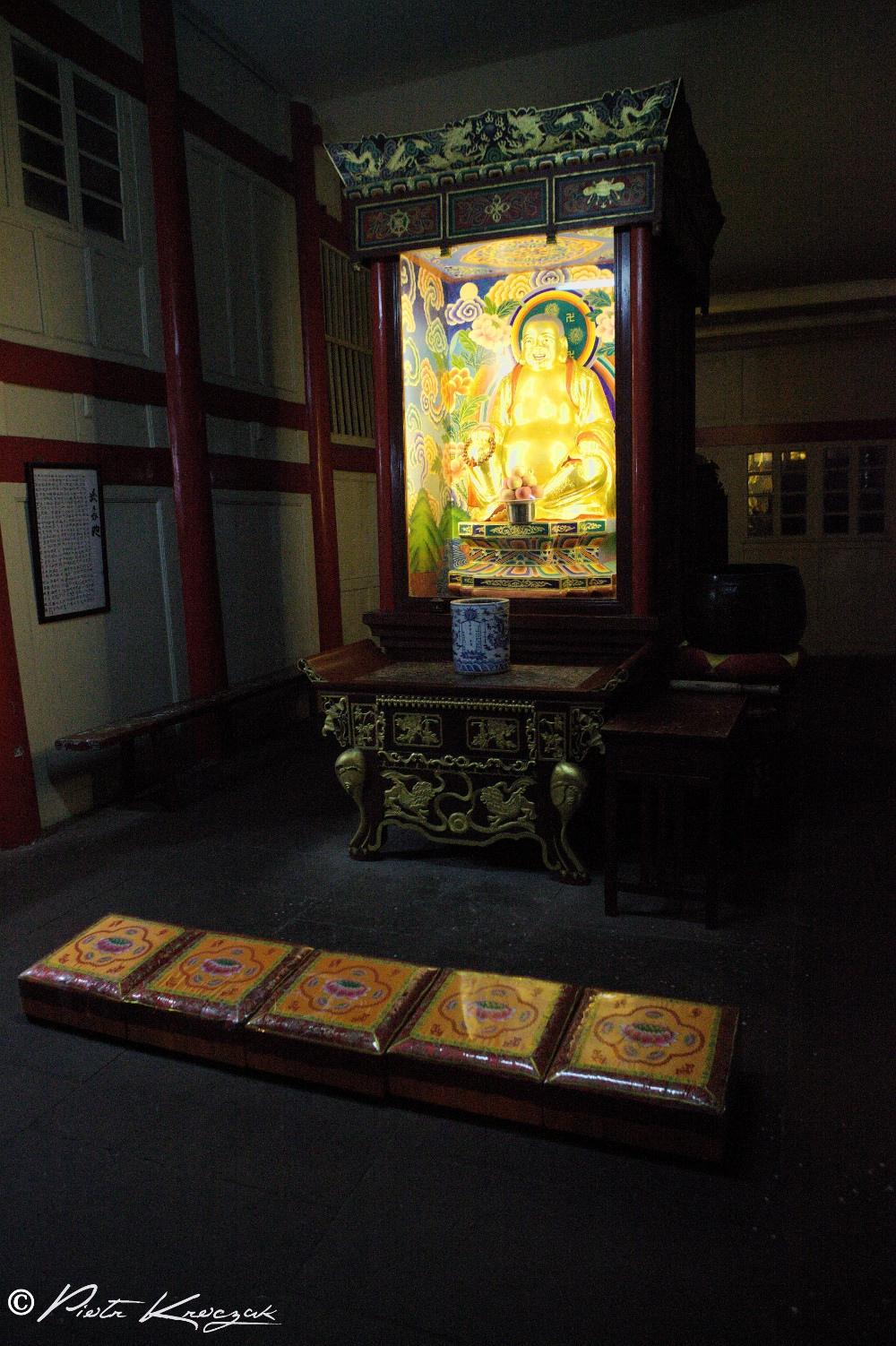 Prier dans un monastère.