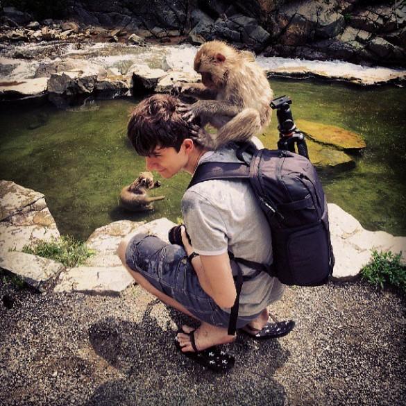 Ça c'est au Japon... ils sont plus mignons les singes au Japon. Oui, les singes aiment monter sur moi, ne me demandez pas pourquoi...